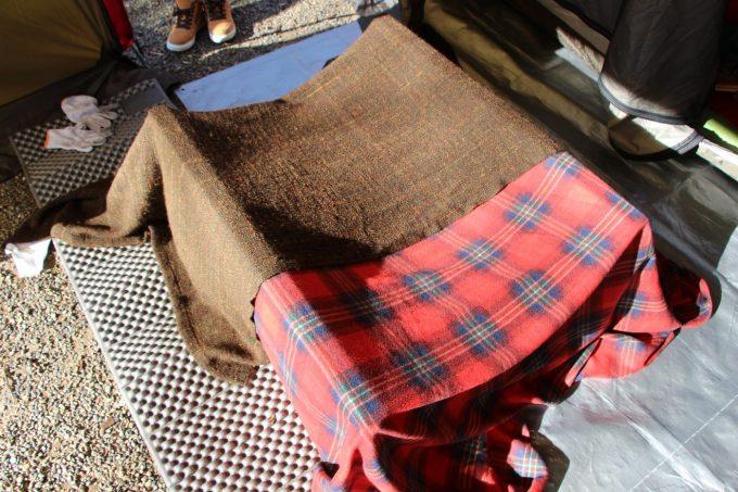 テーブルの脚の上に毛布をかける