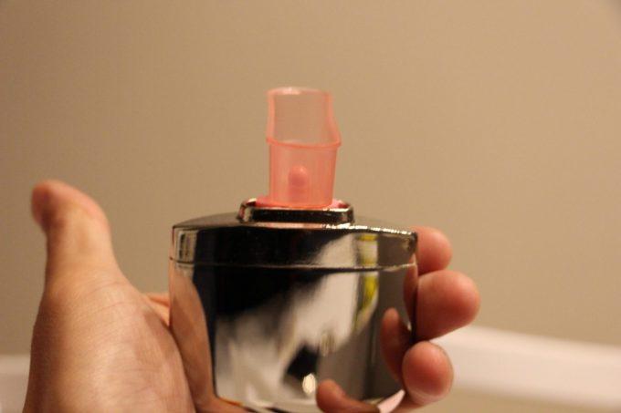 注油カップを90度回転させると燃料タンクに入ります。