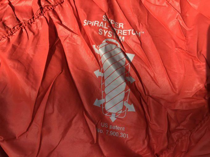 モンベルの寝袋にはスーパーストレッチシステムを採用しています。