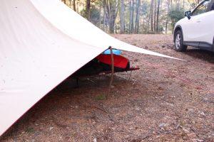 【タープの張り方】オープンタープの空間を広げたいなら落ちてる木の枝をポール代わりにするといいですよ!