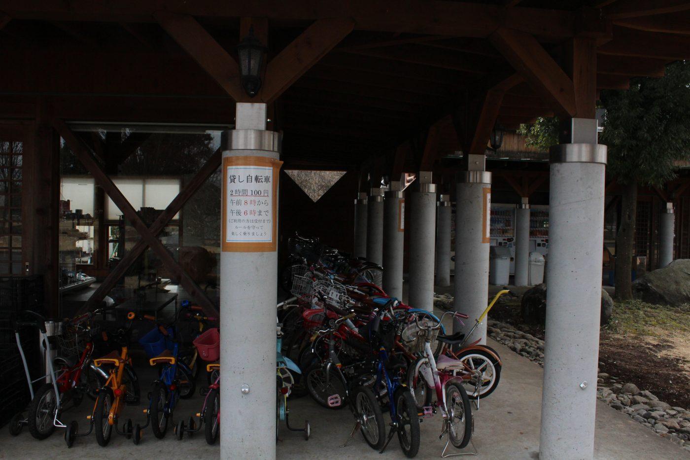 広い場内を楽しむための貸し自転車