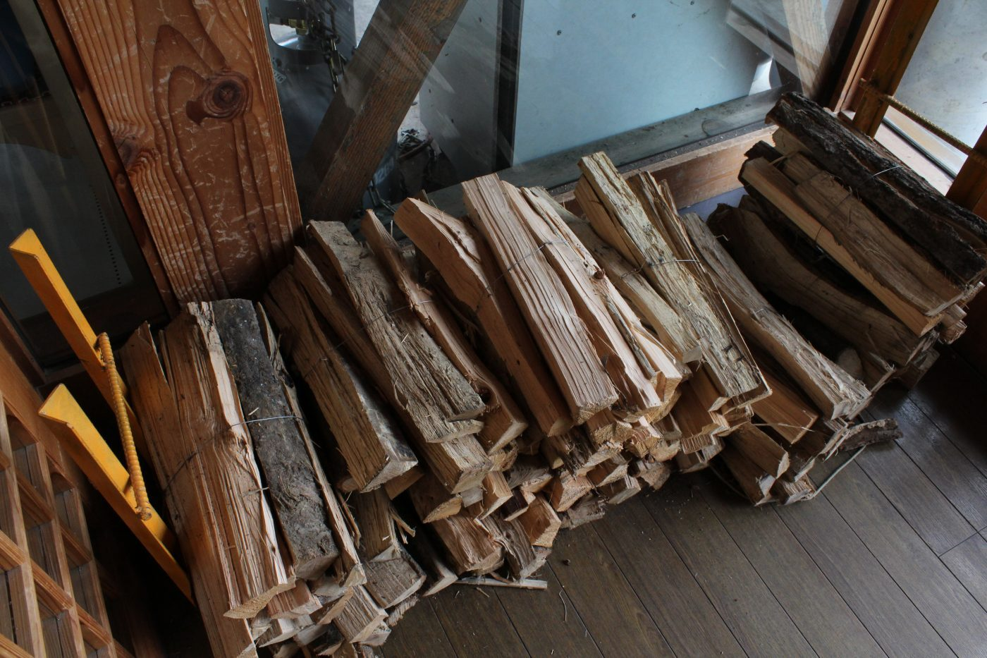 薪は一束400円。秋冬なら3束は必要。杉、雑木?