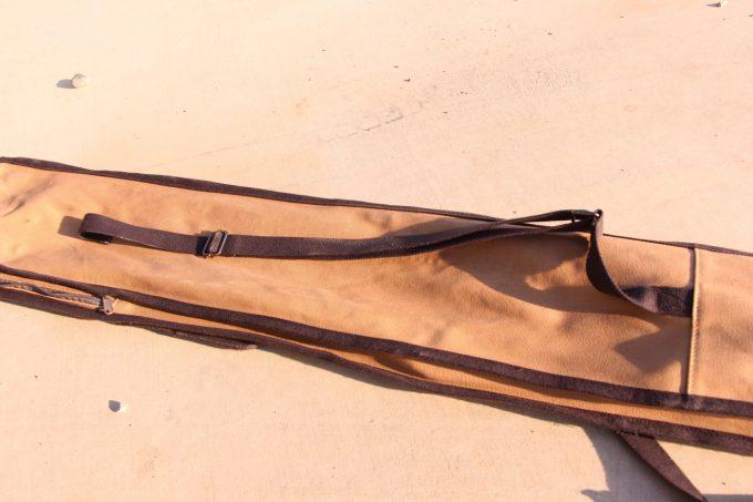 パイルドライバーケースは背面にベルトが付き背負うことができる