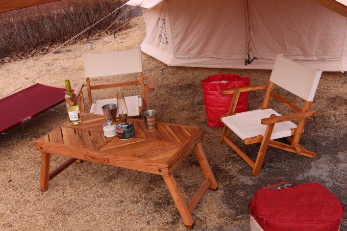 ニトリの木製折りたたみローチェアと有野実苑KOKAZEテーブル