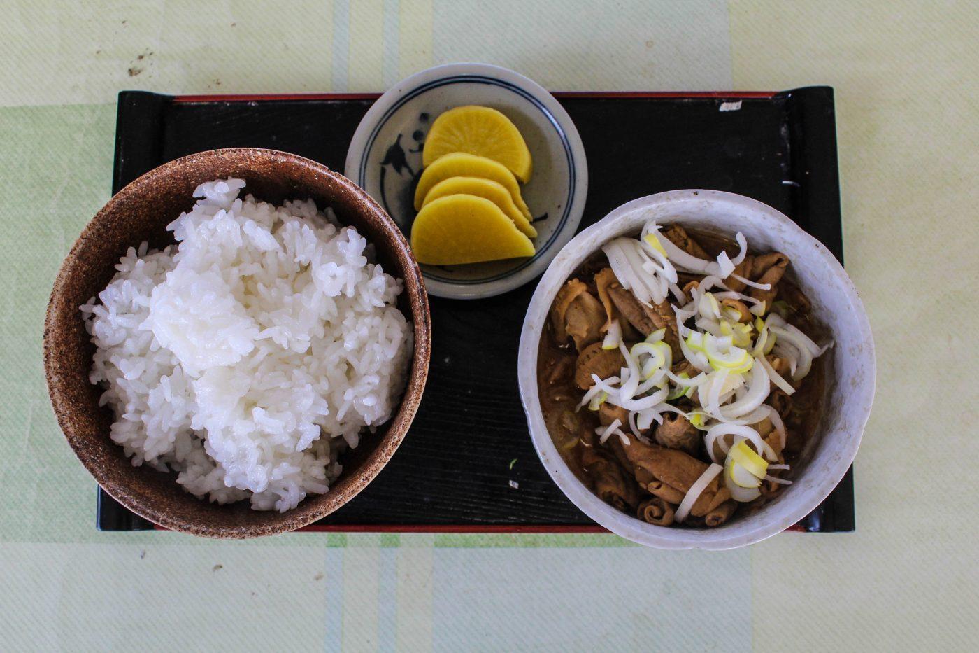 筑波山頂の1番左の食堂のモツ煮ご飯