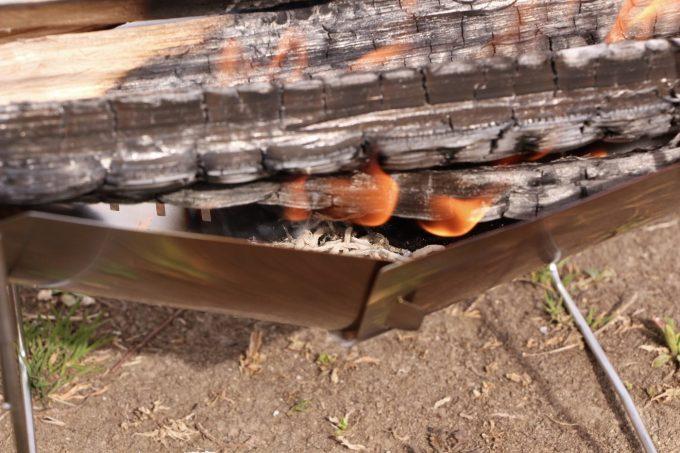 ピコグリルはくの字になっているので燃焼効率がいい。