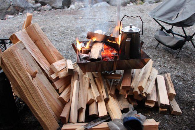 乾燥してない薪は焚き火台の下や薪ストーブの近くに置いて乾燥させるといい