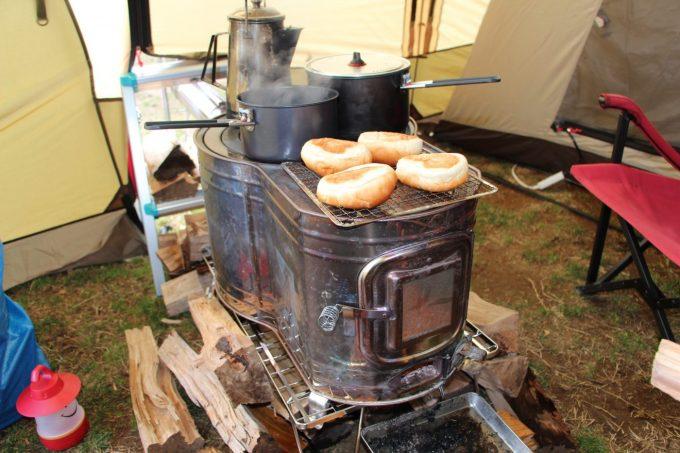 焚き火台や薪ストーブに接触させると着火して危険