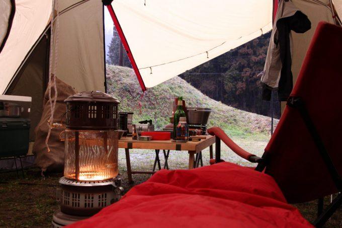 雨のキャンプの時もツールームの入り口を開けて自然を感じる。