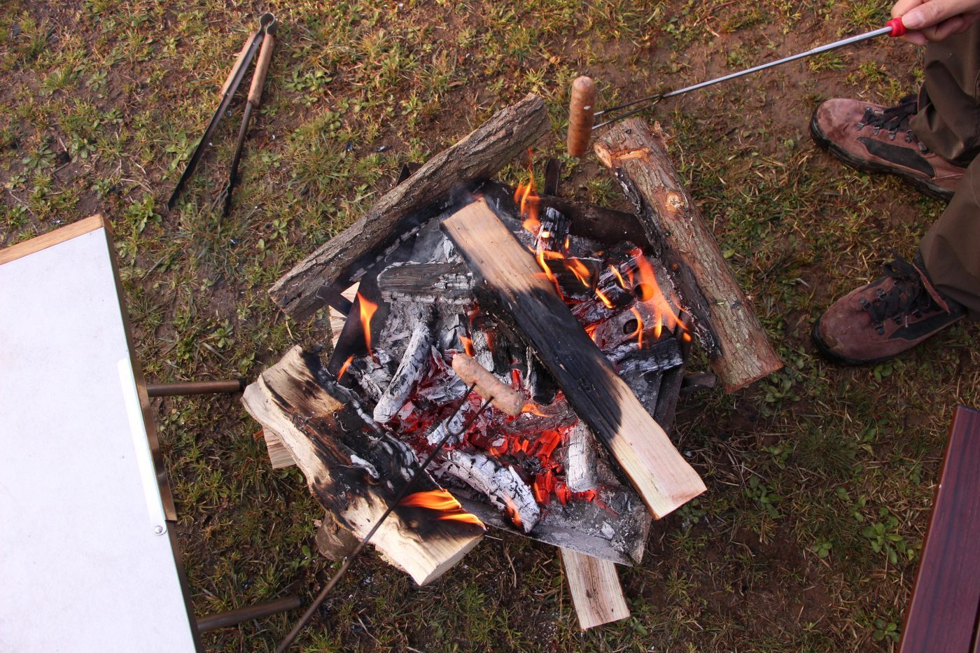 キャンプでの焚き火は服に穴が開く原因の最たる例