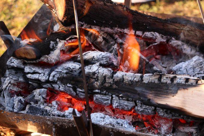 割った薪を燃えている焚き火にくべるのが一番着火しやすい