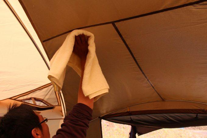 テント内の結露は拭いて乾燥させる。