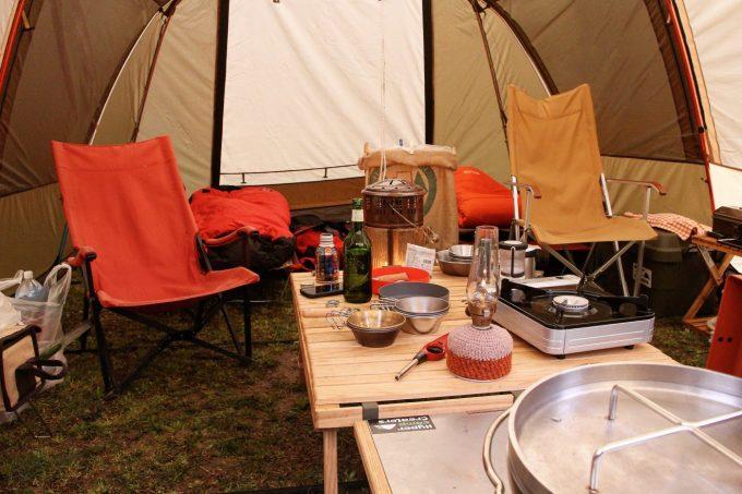 雨の日のキャンプなら外に出ず中で過ごせば良いじゃん?