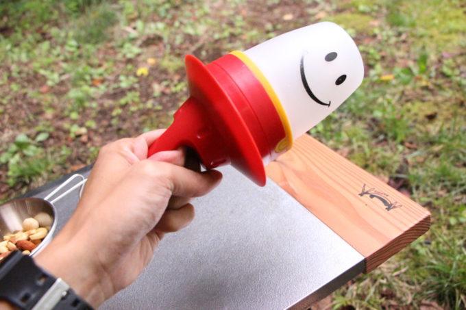 スマイルランタンの帽子は底面につけるとトイレ行く用のライトとして使えます