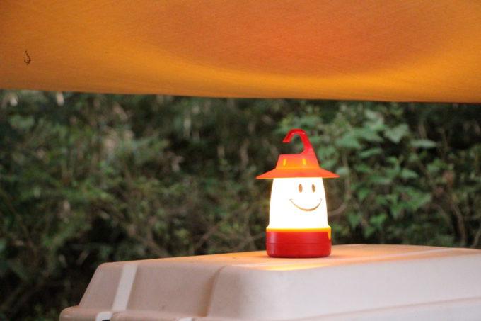 スマイルランタンは周りを柔らかい光で照らしてくれる