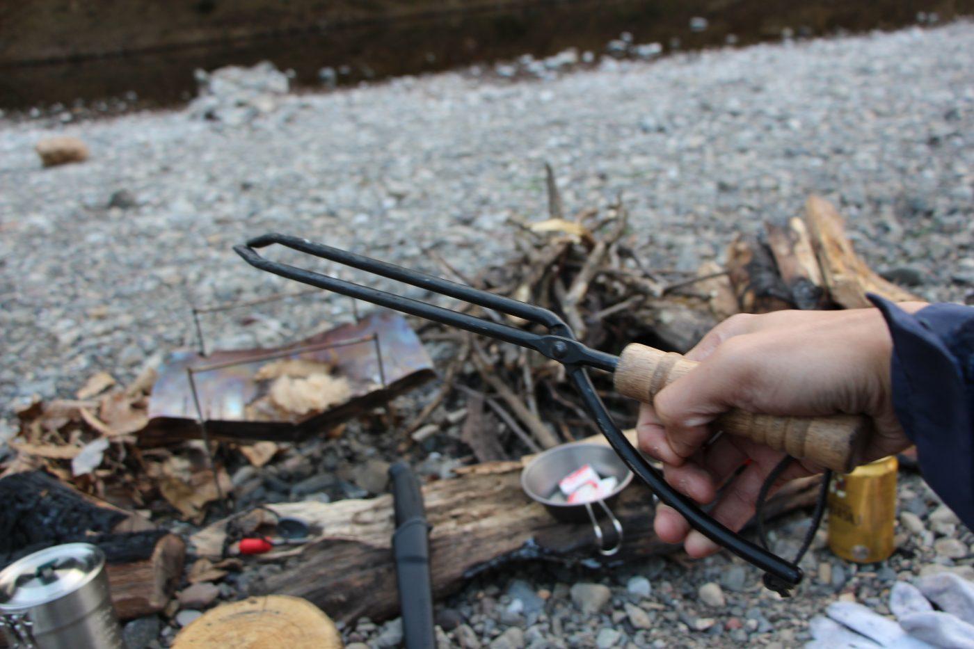 ロゴスの火ばさみ。もっと使い勝手が良いものは沢山あるのに、すごく人気の道具
