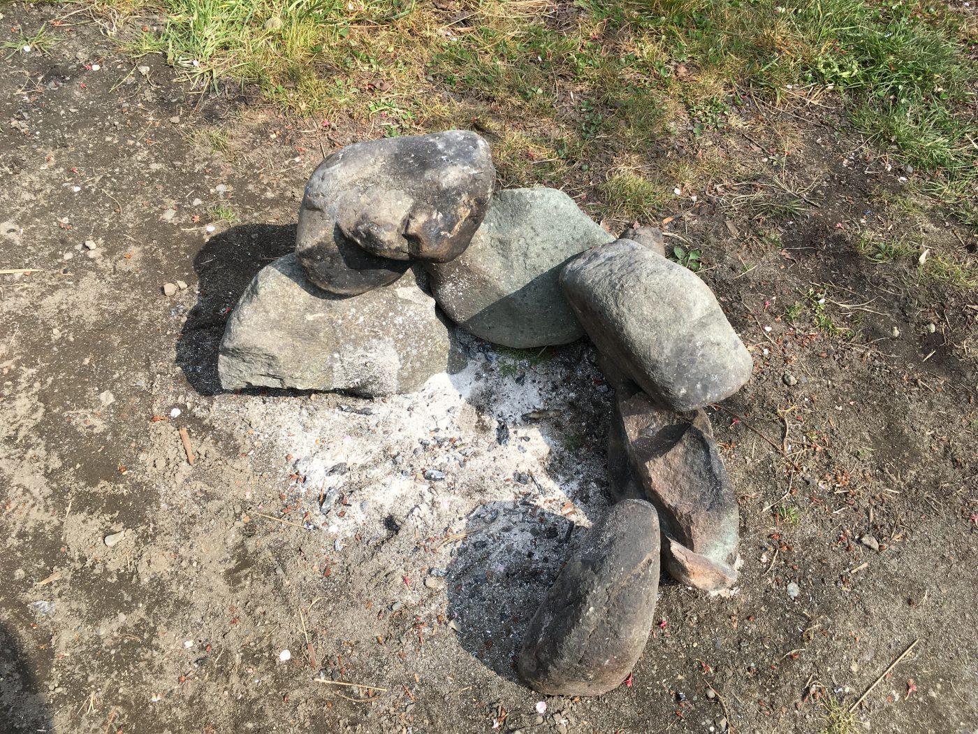 カマドを組んで直火が可能です。