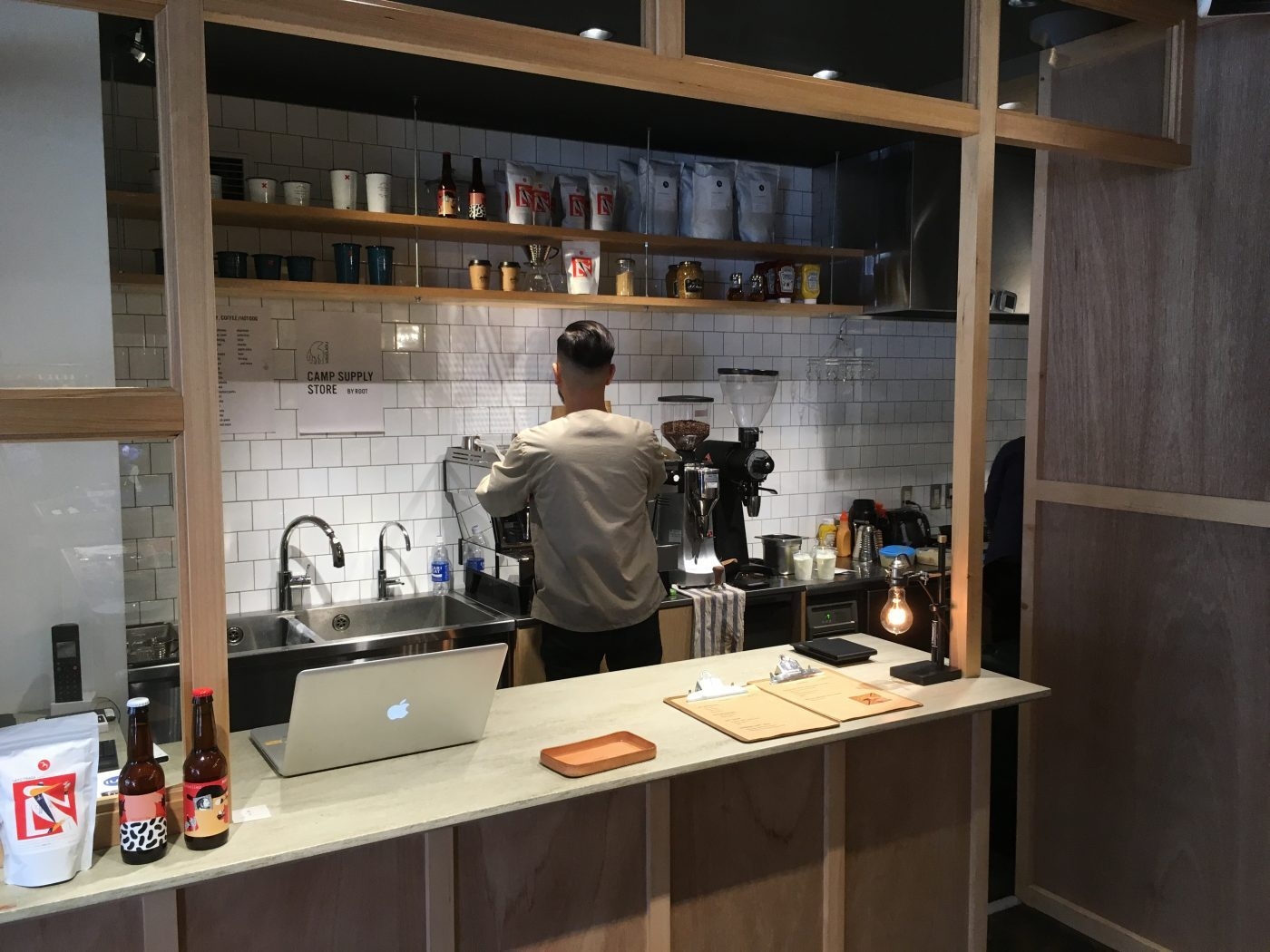 何故かコーヒーも買えて、ドリンクスペースが外に設けられています