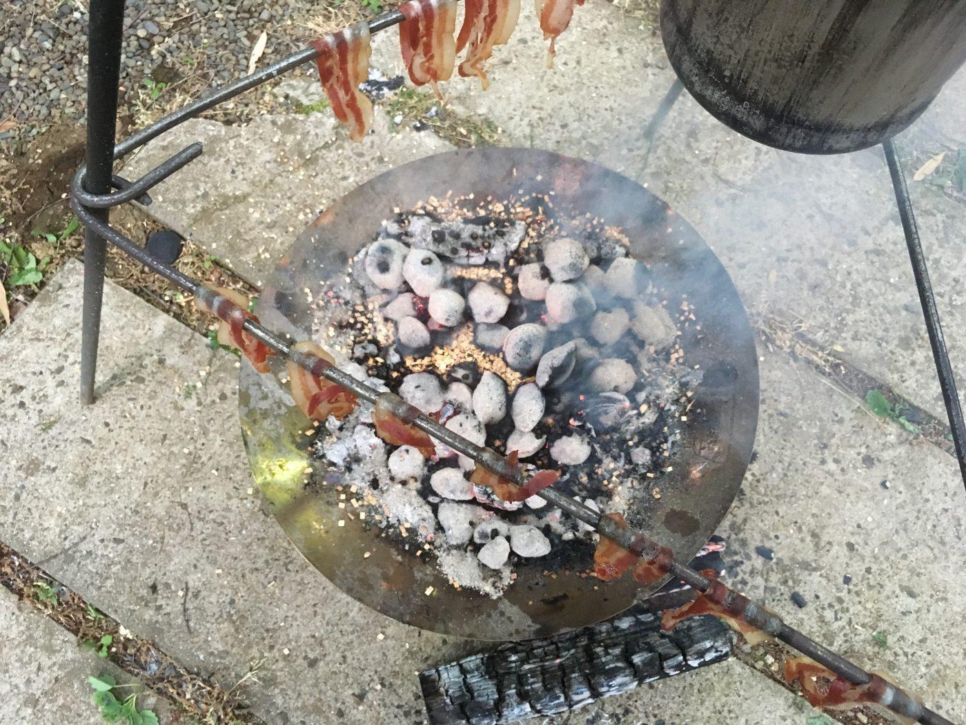 焚き火か炭火にウッドチップを放り込むだけの簡単レシピ