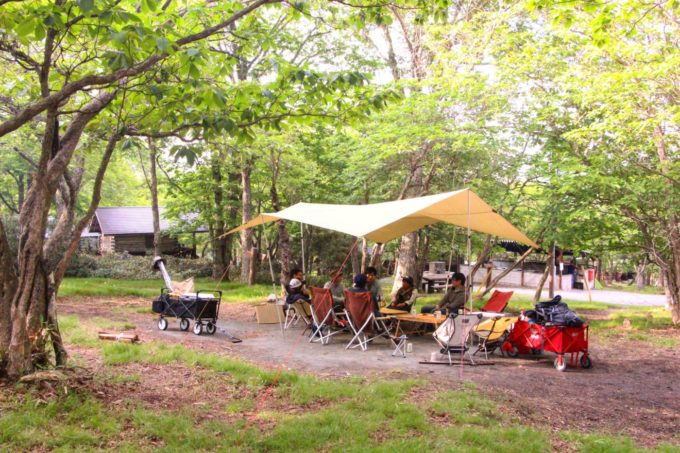 雨の日のキャンプは大きめのタープかスクリーンタープ、2ルームテントなど使う