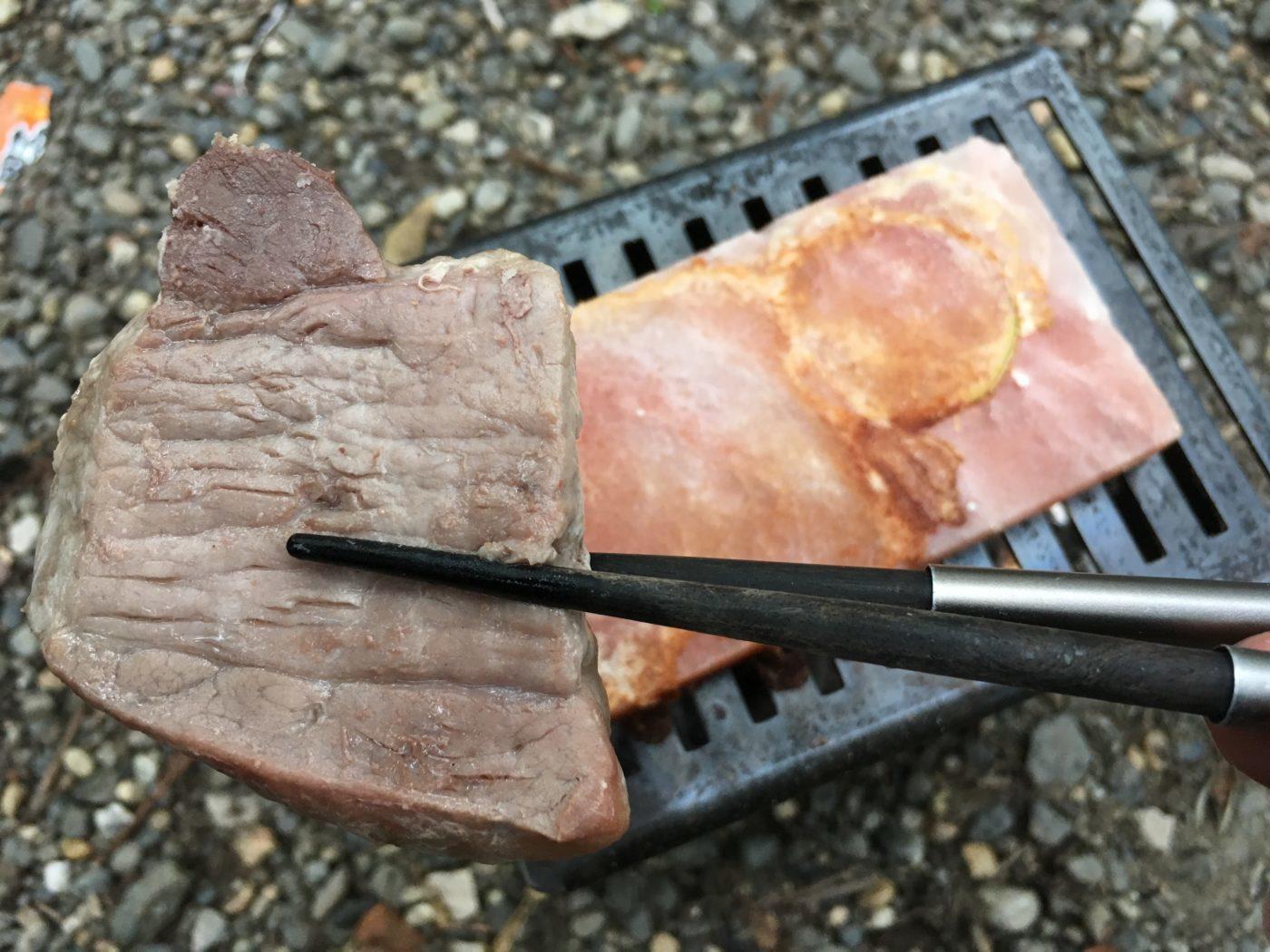 ロゴス 岩塩プレートなら分厚いにくでも焦げずに中まで火が通る