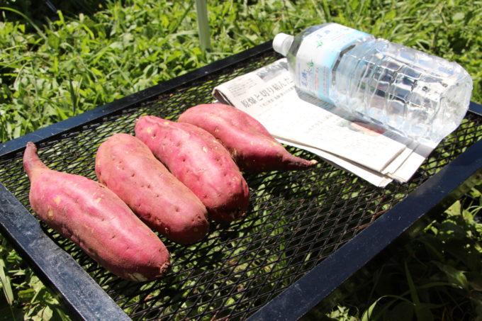 焚き火で焼き芋を作るには焼き芋、新聞紙、水、アルミホイル、焚き火を準備