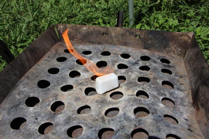 ロゴスの防水ファイヤーライターはすぐ着火できるし水をかけても消えない