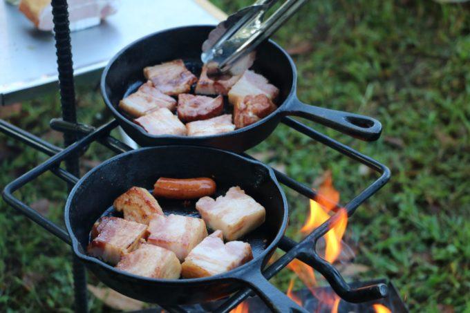 朝焚き火の後熾火にして調理を楽しむ