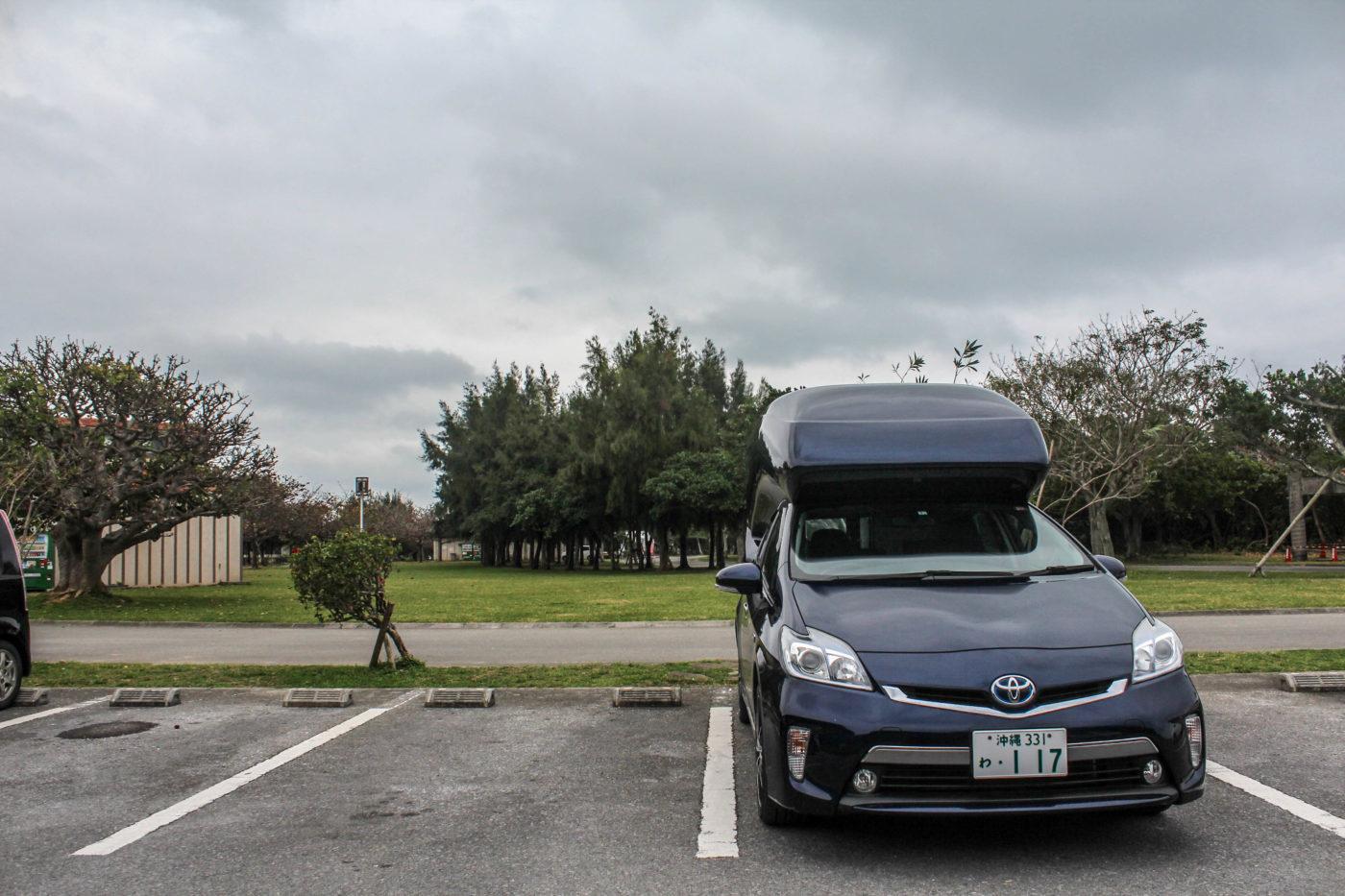 沖縄県総合公園オートキャンプ場の駐車場。ここに一度車を止めてキャンプの受付にいきます。
