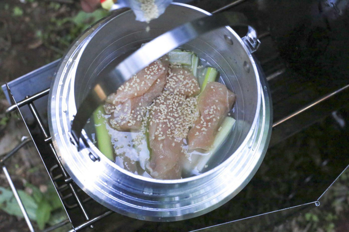 ユニフレームキャンプ羽釜を使ったキャンプ飯レシピ【鶏飯】には中華スープの元を入れると美味しい。