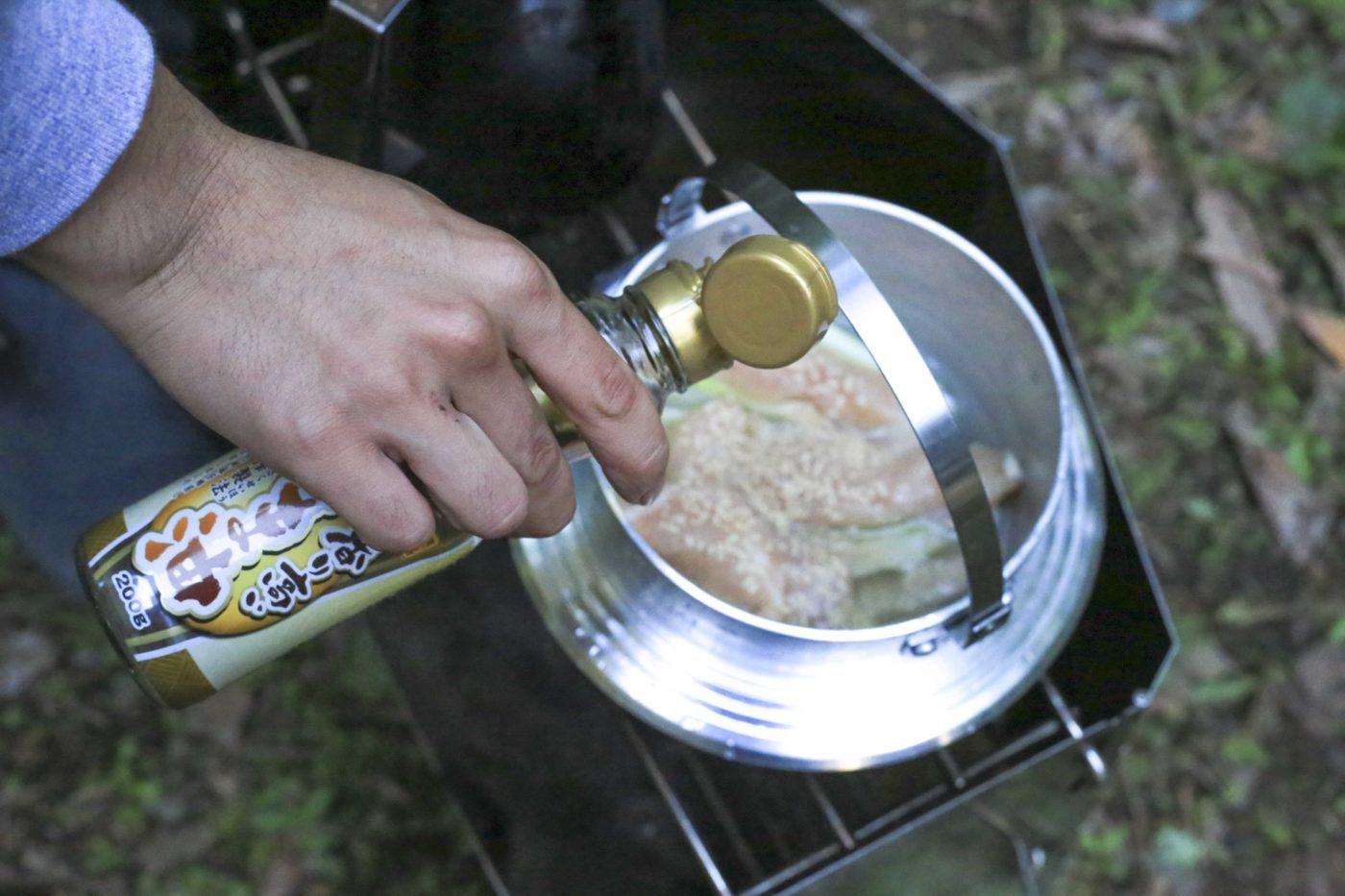 ユニフレームキャンプ羽釜を使ったキャンプ飯レシピ【鶏飯】。ごま油は最後に回しかけたほうが美味しい。