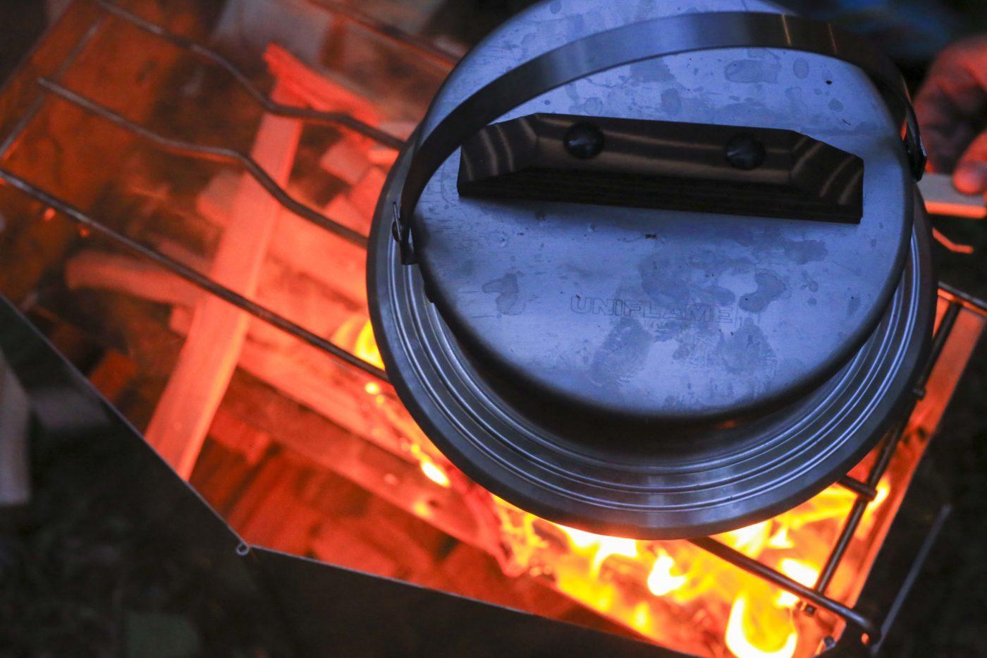 キャンプをで米を炊く時は弱火キープが基本。この写真はテンション上がりすぎて薪をくべすぎの図