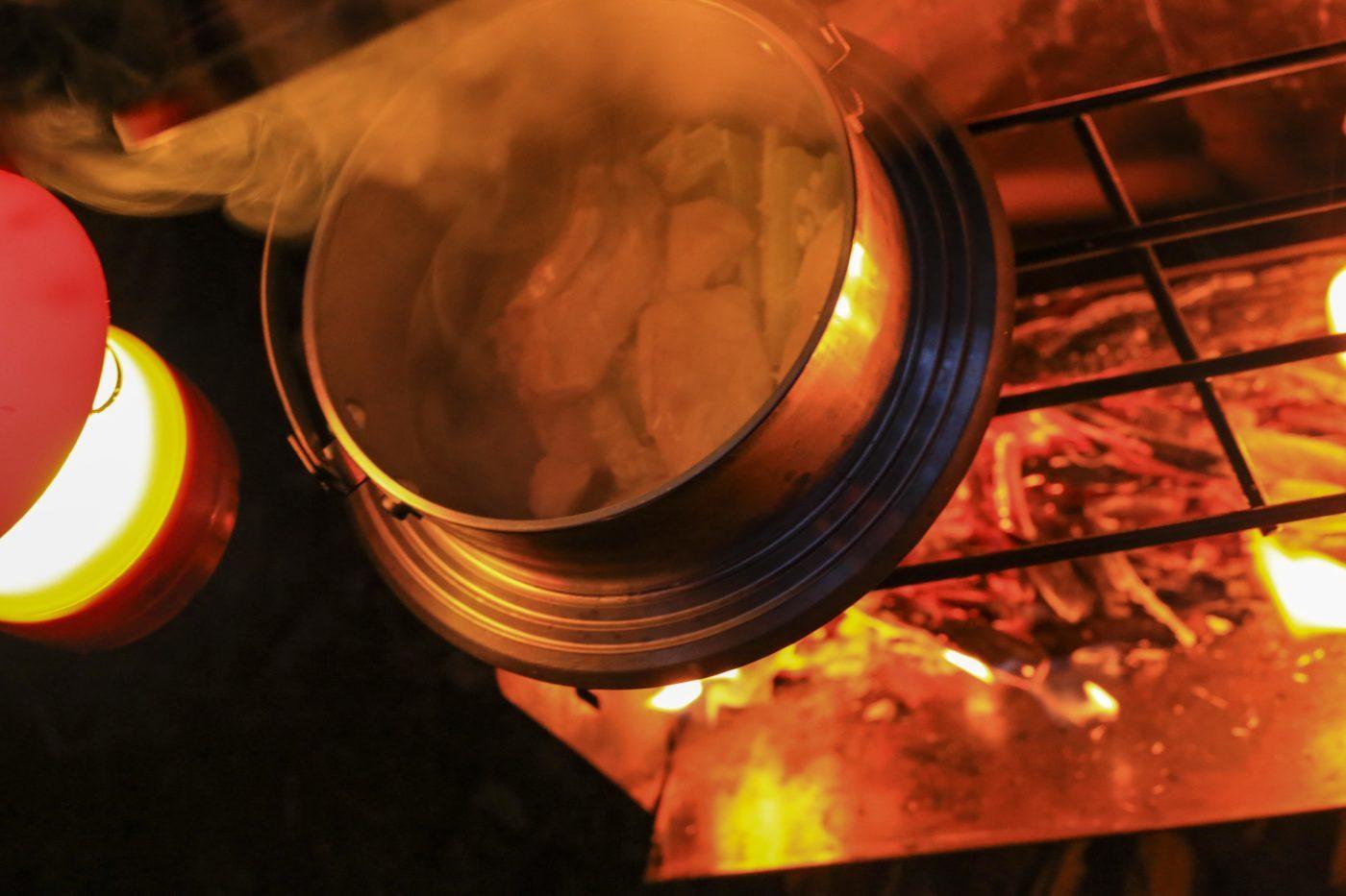 キャンプの炊飯で弱火キープを忘れると、一気に水分が蒸発してしまって、米に芯が残りやすい