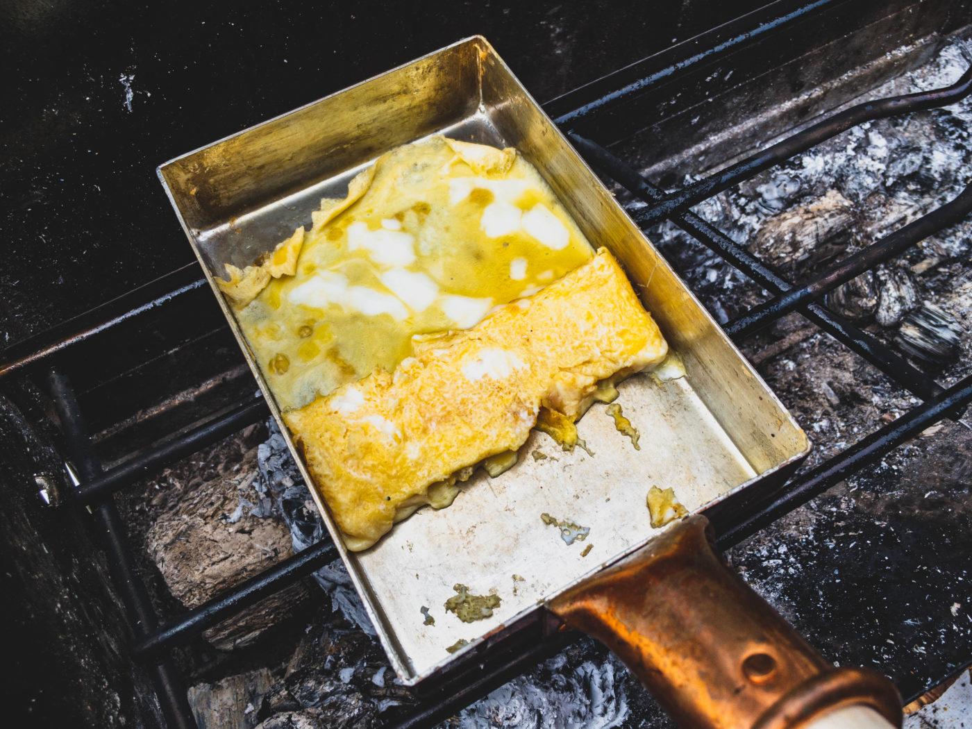 キャンプで卵焼きを楽しむなら、銅のフライパンで!