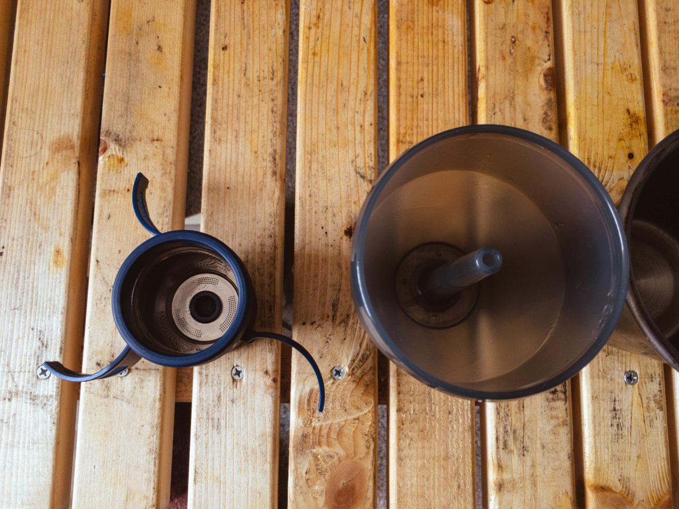 写真左が粉を入れるパーツ。右がお湯を入れるパーツ。