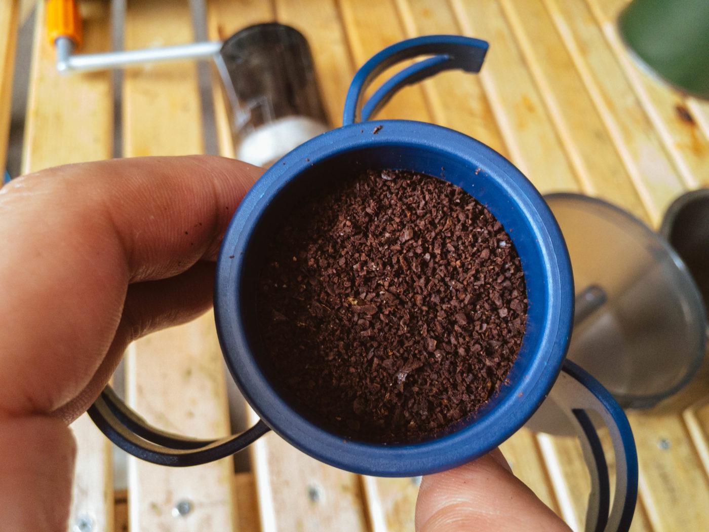 コーヒーロケットに挽いたコーヒー豆を入れた写真