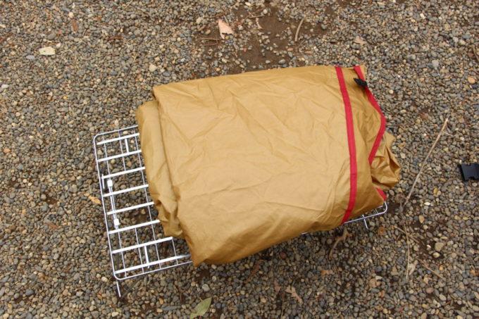 インナーテントの上で折り畳んだら地面直置きしないようにする