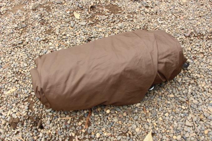 ポールをケースに入れて畳んだインナーテントにクルクル巻きつけてます
