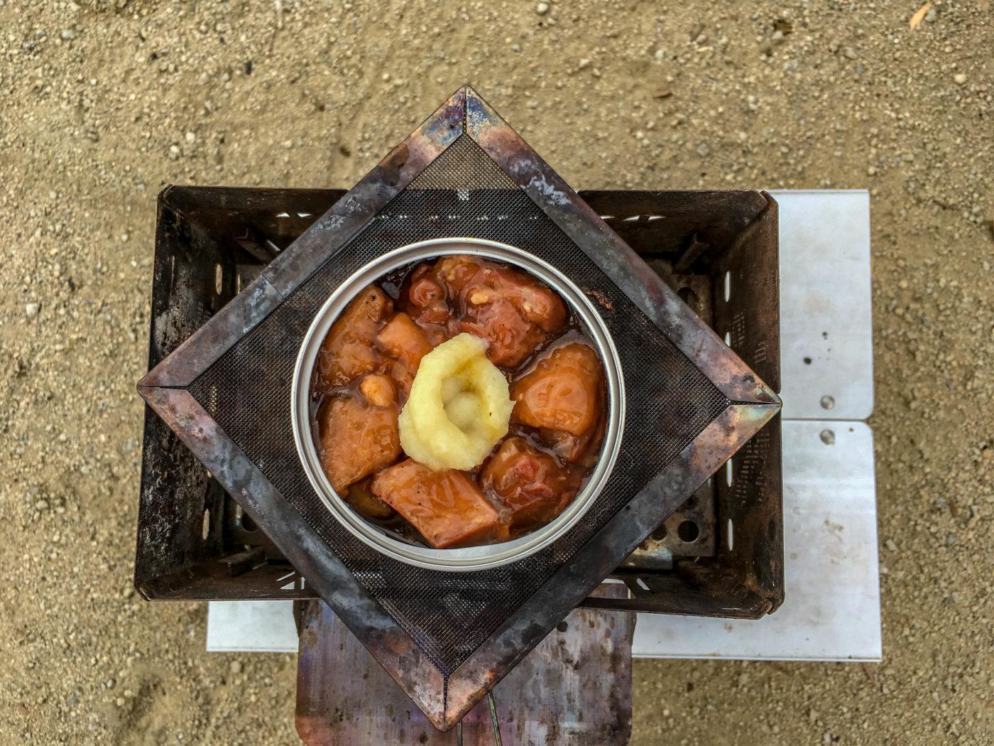 缶詰ちょい足しレシピ①焼き鳥タレ味にチューブにんにくを入れます。