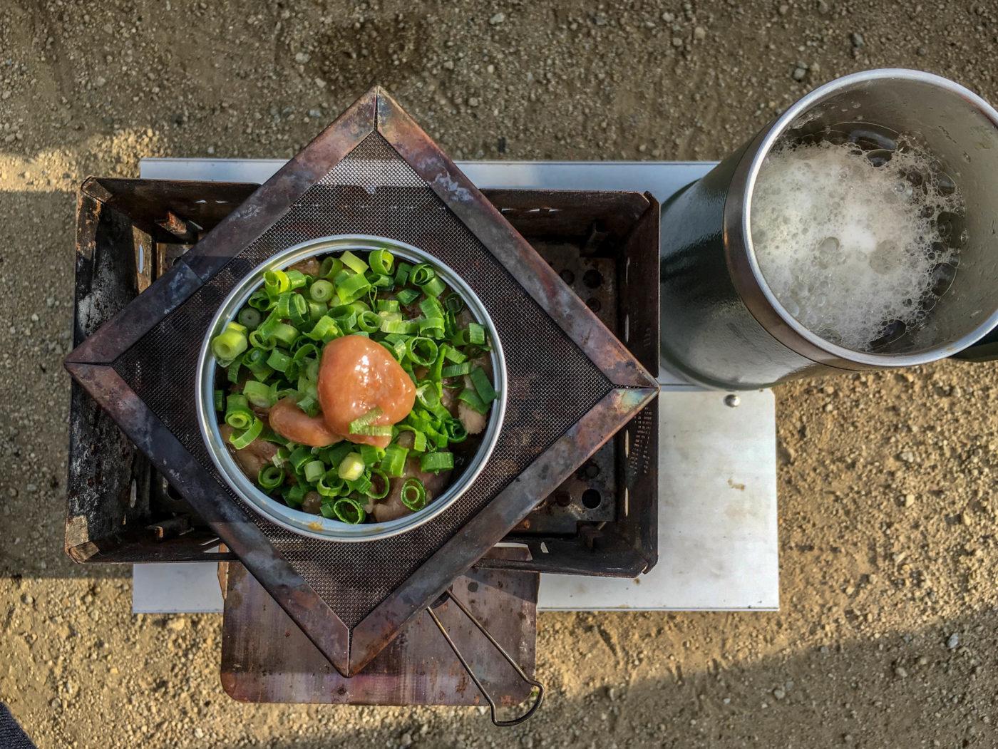 缶詰ちょい足しレシピ②焼き鳥塩の上に刻みネギと梅肉を入れます。
