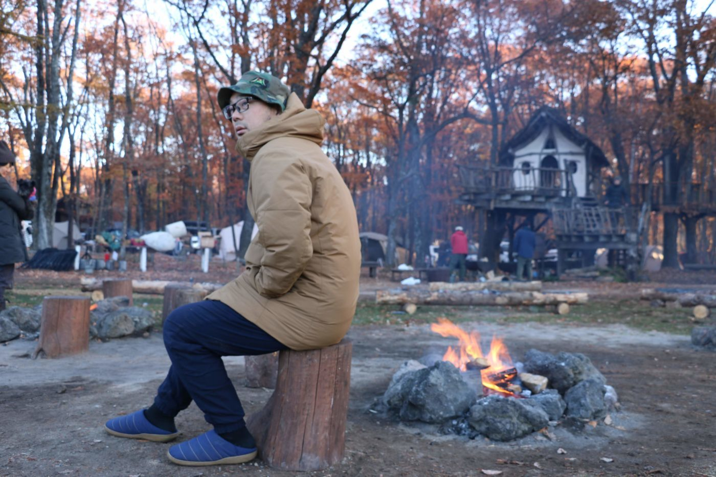 ハイブリットダウンパーカは秋冬のキャンプにおすすめのウェア