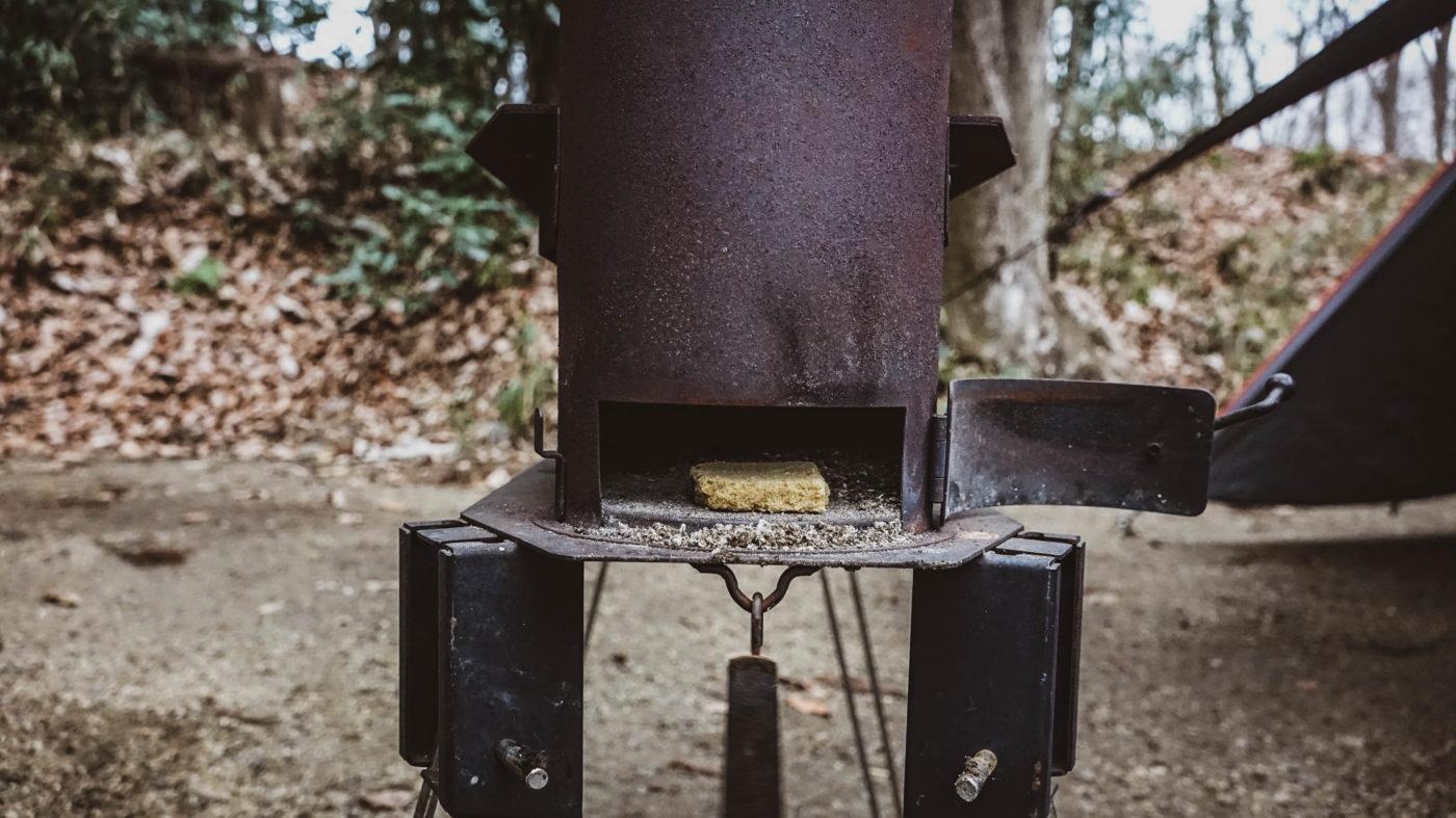 ペレットグリルヒーターきりんさんに着火する写真