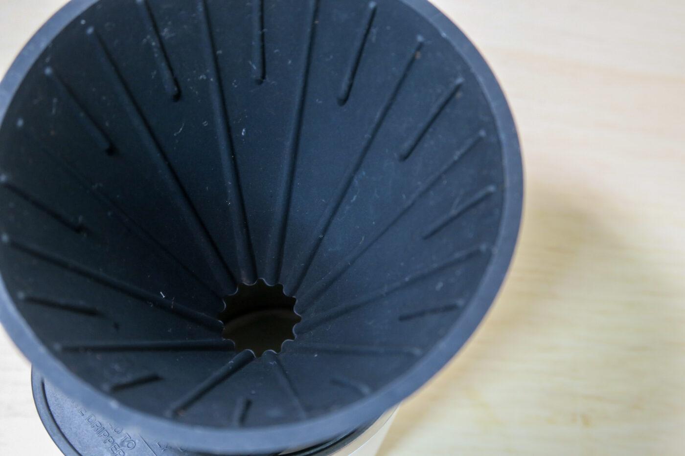 リバーズ コーヒードリッパーケイブ リバーシブルは角度と内側の溝がおすすめの秘訣。スムーズな抽出を実現してくれます。