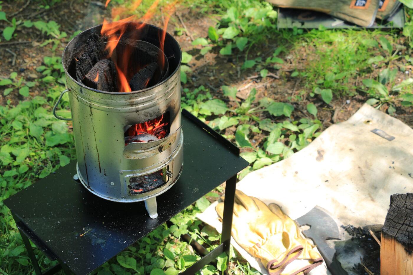 tab.マルチに使える缶ストーブは焚き火も出来る。一番下に空気の取入口があるので、燃焼効率はとても良い。縦にきれいに炎が上がるのも美しい。