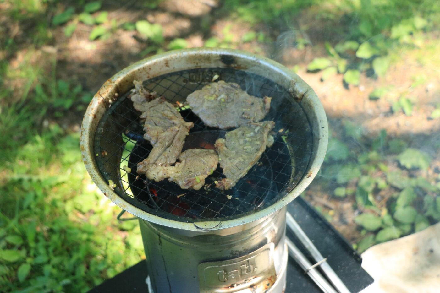 tab.マルチに使える缶ストーブはオプションパーツを使えば最高の焼き肉BBQ体験をもたらしてくれる。最高。